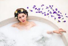 Femme se baignant dans un bain de station thermale Photos libres de droits