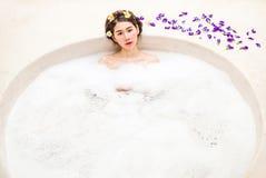Femme se baignant dans un bain de station thermale image libre de droits