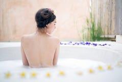 Femme se baignant dans un bain de station thermale photographie stock