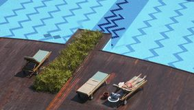 Femme se bronzant à la piscine photographie stock libre de droits