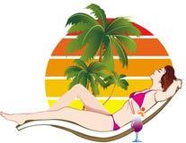 Femme se bronzant sur la plage Photographie stock libre de droits