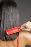 Femme se brossant le cheveu Photo stock