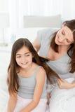 Femme se brossant le cheveu de descendant Photo stock