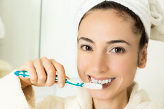 Femme attirante se brossant les dents dans la salle de bains photo stock image 47497027 for Comfemme nue dans la salle de bain