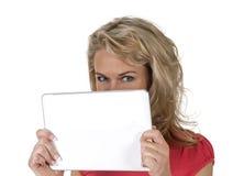 Femme se cachant derrière le PC de comprimé Images stock