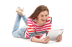 Femme se couchant avec le comprimé numérique Photo stock