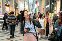 Femme se dirigeant à quelque part joyeux photographie stock