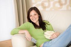 Femme se dirigeant avec la télévision à télécommande Images stock