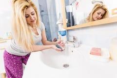 Femme se lavant les mains dans l'évier photos libres de droits
