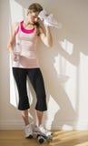 Femme se penchant contre le mur après séance d'entraînement photo libre de droits
