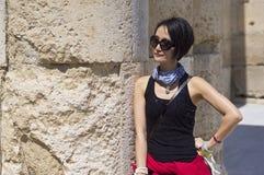 Femme se penchant sur le fléau de marbre photos libres de droits