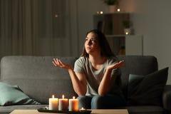 Femme se plaignant pendant une panne d'électricité à la maison image libre de droits