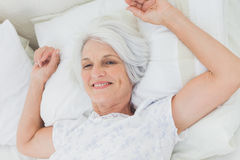 Femme se réveillant dans le lit Photographie stock
