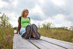 Femme se reposant après une promenade Photographie stock libre de droits