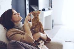 Femme se reposant avec le chaton Image libre de droits