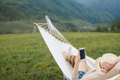 Femme se reposant dans l'hamac dehors photos libres de droits