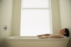 Femme se reposant dans la baignoire Images libres de droits