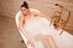 Femme se reposant dans la baignoire Photographie stock