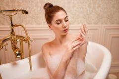 Femme se reposant dans la baignoire Image libre de droits
