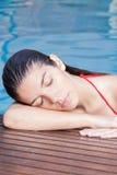 Femme se reposant dans le bord de la piscine Photos libres de droits