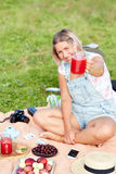 Femme se reposant dans un pique-nique Dans les mains d'un smoothie de pastèque Image stock