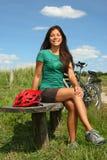 Femme se reposant de faire du vélo Images stock