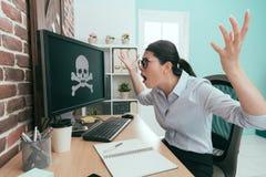 Femme se sentant fâchée quand ordinateur d'invasion de virus photo stock