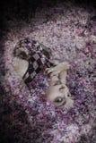 Femme se situant dans le lilas photo libre de droits