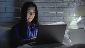 Femme se situant dans le lit travaillant à la hâte sur l'ordinateur portable, essayant de respecter la date-butoir, overhours banque de vidéos