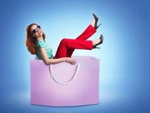 Femme se situant dans le sac Images stock