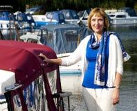 Femme se tenant à côté d'un bateau Photo libre de droits
