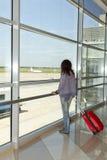 Femme se tenant à la fenêtre d'aéroport. image libre de droits