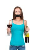 Femme se tenant avec de l'alcool sur le fond blanc Image libre de droits