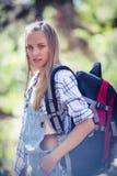 Femme se tenant avec le sac à dos Images libres de droits