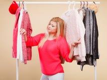 Femme se tenant dans l'équipement d'hiver de cueillette de garde-robe photo stock