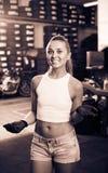 Femme se tenant dans l'atelier de voiture à l'intérieur Photo libre de droits