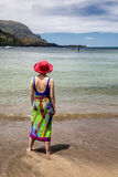 Femme se tenant dans l'océan et regardant fixement Images libres de droits