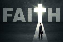 Femme se tenant dans la porte de foi image stock