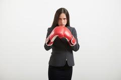 Femme se tenant dans la pose de boxe Images libres de droits