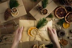 Femme se tenant dans le cadeau de Noël de mains Concept de Noël Fond de Noël Image libre de droits
