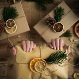 Femme se tenant dans le cadeau de Noël de mains Concept de Noël Fond de Noël Photographie stock libre de droits