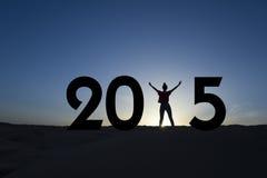 2015, femme se tenant dans le lever de soleil Images stock