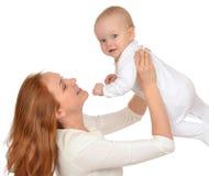 Femme se tenant dans sa fille d'enfant de bébé d'enfant de bras dans la couche-culotte Image libre de droits