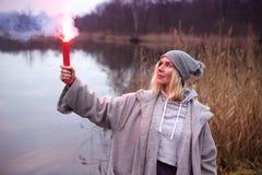 Femme se tenant dehors avec la torche brûlante photos libres de droits