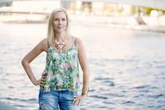 Femme se tenant devant une rivière Photos libres de droits