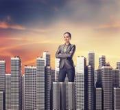 Femme se tenant parmi des gratte-ciel Photos stock