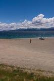 Femme se tenant près d'un lac Photo stock