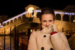 Femme se tenant près du pont de Rialto dans Noël Venise, Italie Images stock