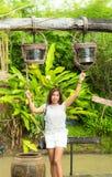 Femme se tenant sous les réservoirs d'eau d'acier inoxydable qui ont accroché sur a image stock