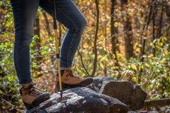 Femme se tenant sur la roche avec augmenter des bottes photo libre de droits